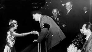 Sonja Henie a cumprimentar Hitler